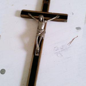 0568 Jezus aan kruis zwart met houten detail