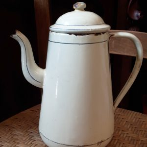 0588 Creme met wit emaille koffiepot