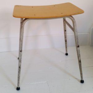 0688-vintage-krukje-met-gele-zitting