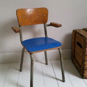 0953 Vintage kinderstoel met blauwe zitting