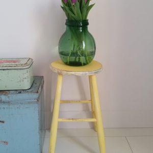 0999 Pastel gele houten kruk
