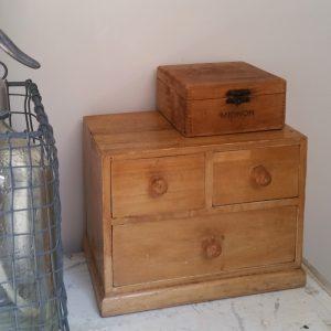 1002 Klein houten ladenkastje
