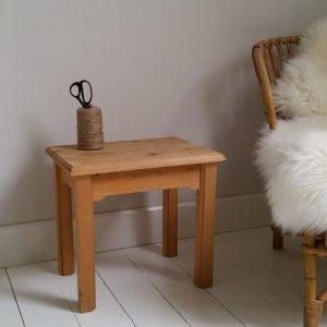 1022 Klein houten tafeltje