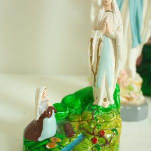 Gipsen-beeld-van-Maria-van-Lourdes-die-verschijnt-aan-Bernadette-22889